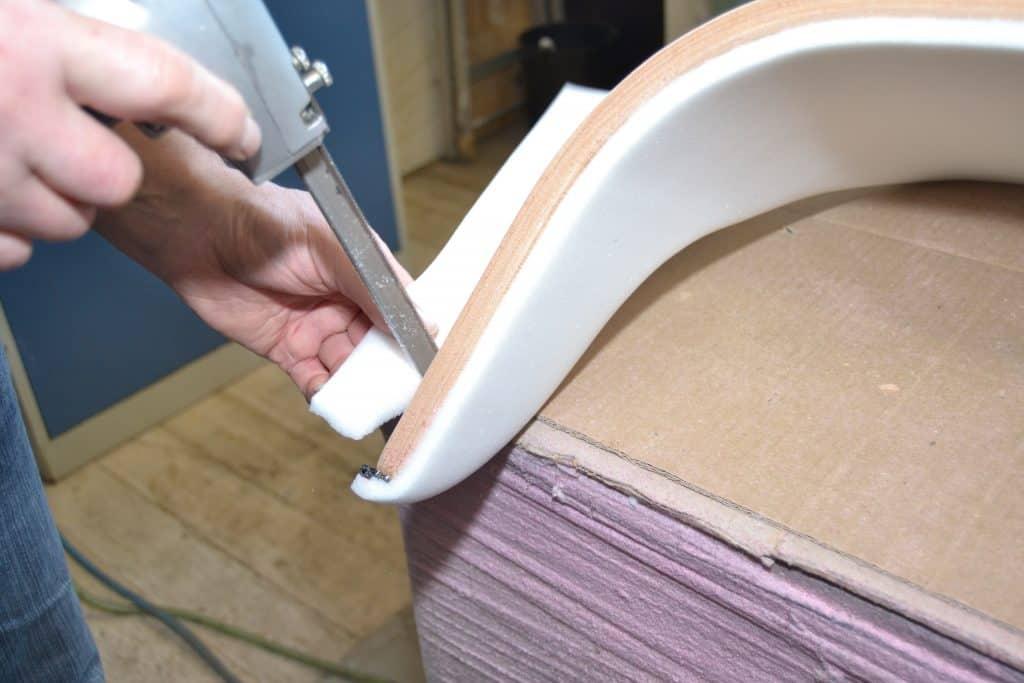 Schaum schneiden an Stuhl Schale